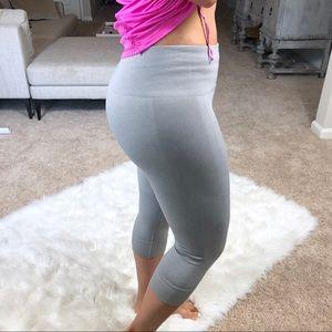 Lululemon gray stretch crop workout pants 8 Capri